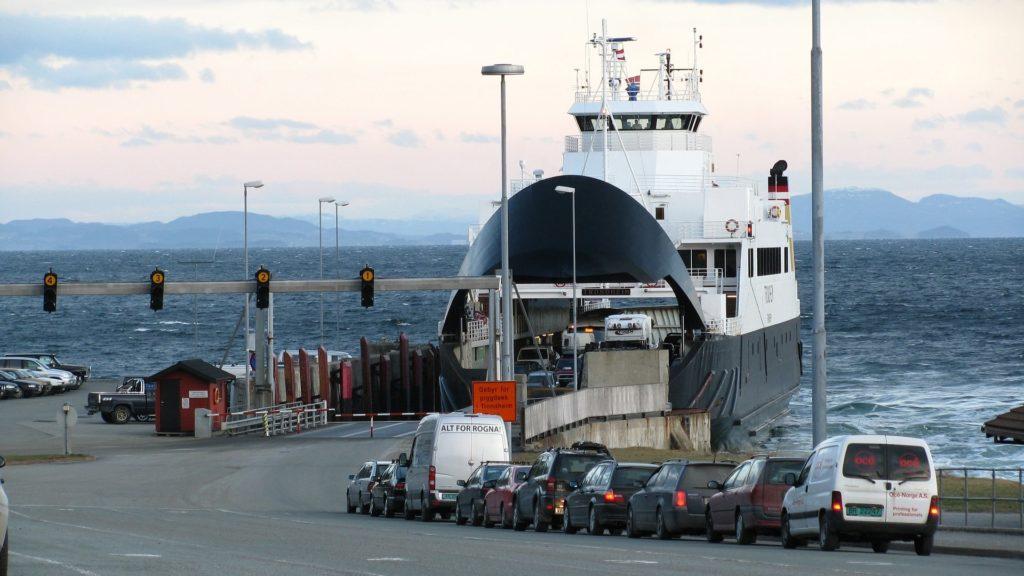Das tägliche Verladen der Autos auf die Fähre in Skandinavien.
