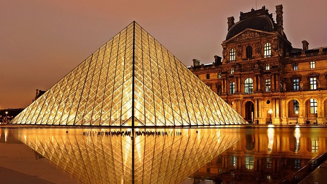 Das Louvre Museum mit der berühmten Glaspyramide mitten im Herzen von Paris.