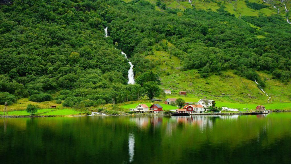 Norwegen und seine grünen Berge und Seen mit vereinzelten Häusern