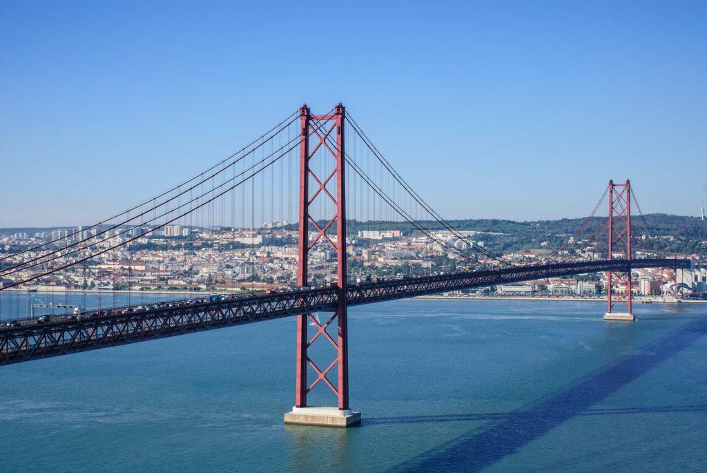 Die Ponte Vasco da Gama Brücke in Lissabon, Portugal von oben.