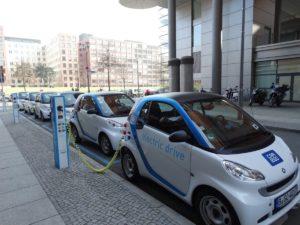 Elektroauto an der Ladestation in Berlin.