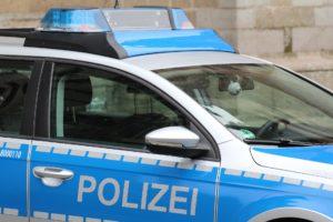 Deutsches Polizeiauto in Blau und Weiß.