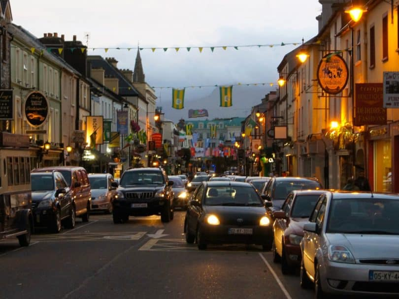 Stadtverkehr in killarney in Irland.