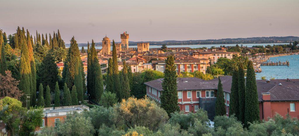 Stadt direkt am Gardasee, Italien