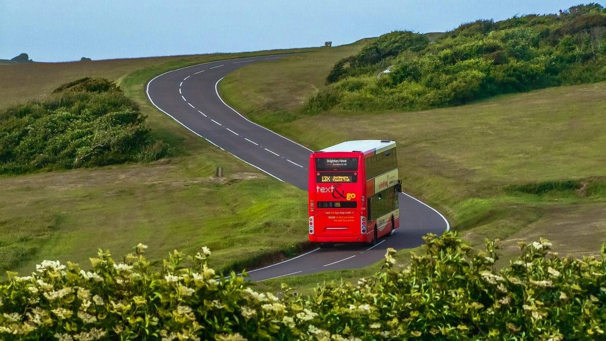 Der berühmte rote Doppeldeckerbus auf Englands Straßen