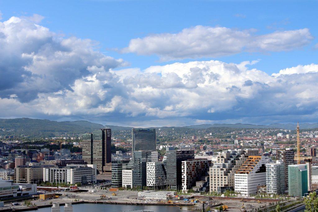 Norwegens Hauptstadt Oslo aus der Vogelperspektive mit Blick auf die Skyline