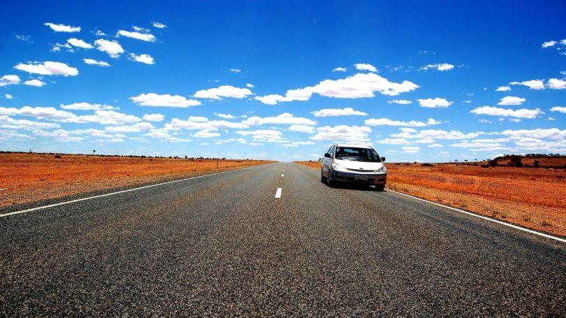 Mietwagen am Straßenrand mitten im australischen Outback.