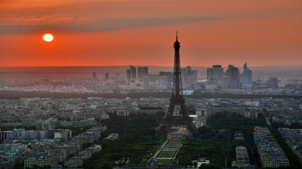 Paris und sein Eiffelturm bei der Dämmerung.