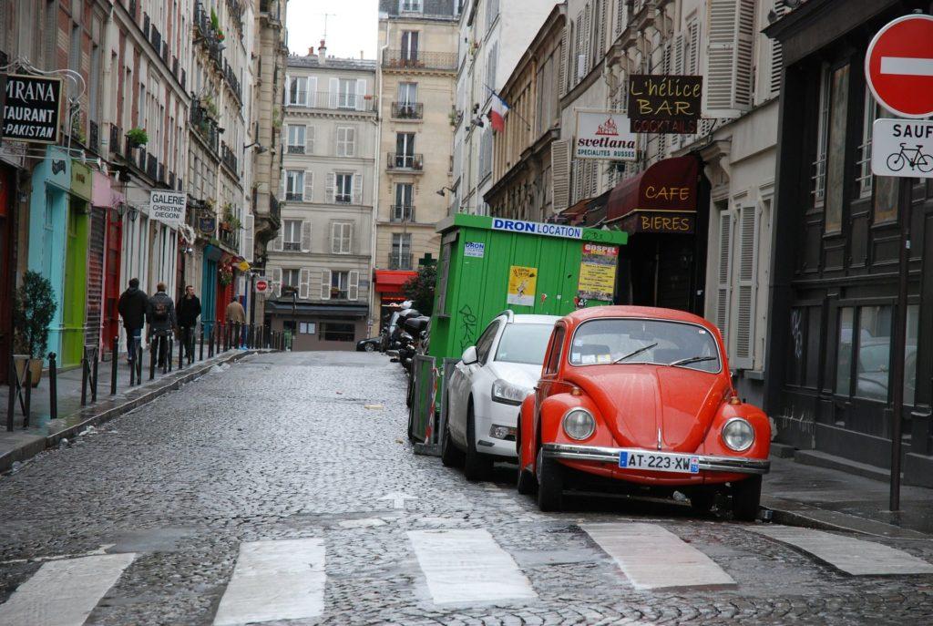 Parkende Autos in Paris, Frankreich