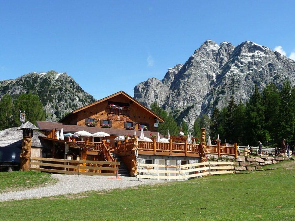 Wunderschöne Almhütte in den österreichischen Alpen.