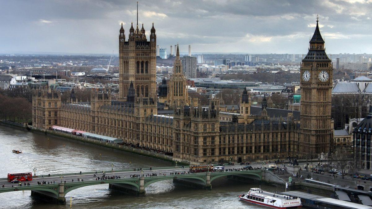 Der Blick von oben auf London und die Westminster Abbey mit der Big Ben.