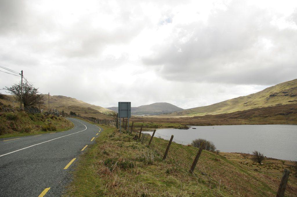 Straße und See in Connemara, Irland.