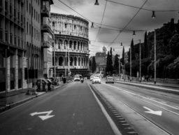 Schwarz-Weiß-Bild mit Straße zum Colosseum in Rom, Italien