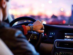 Autofahrer am Steuer beim Lenken