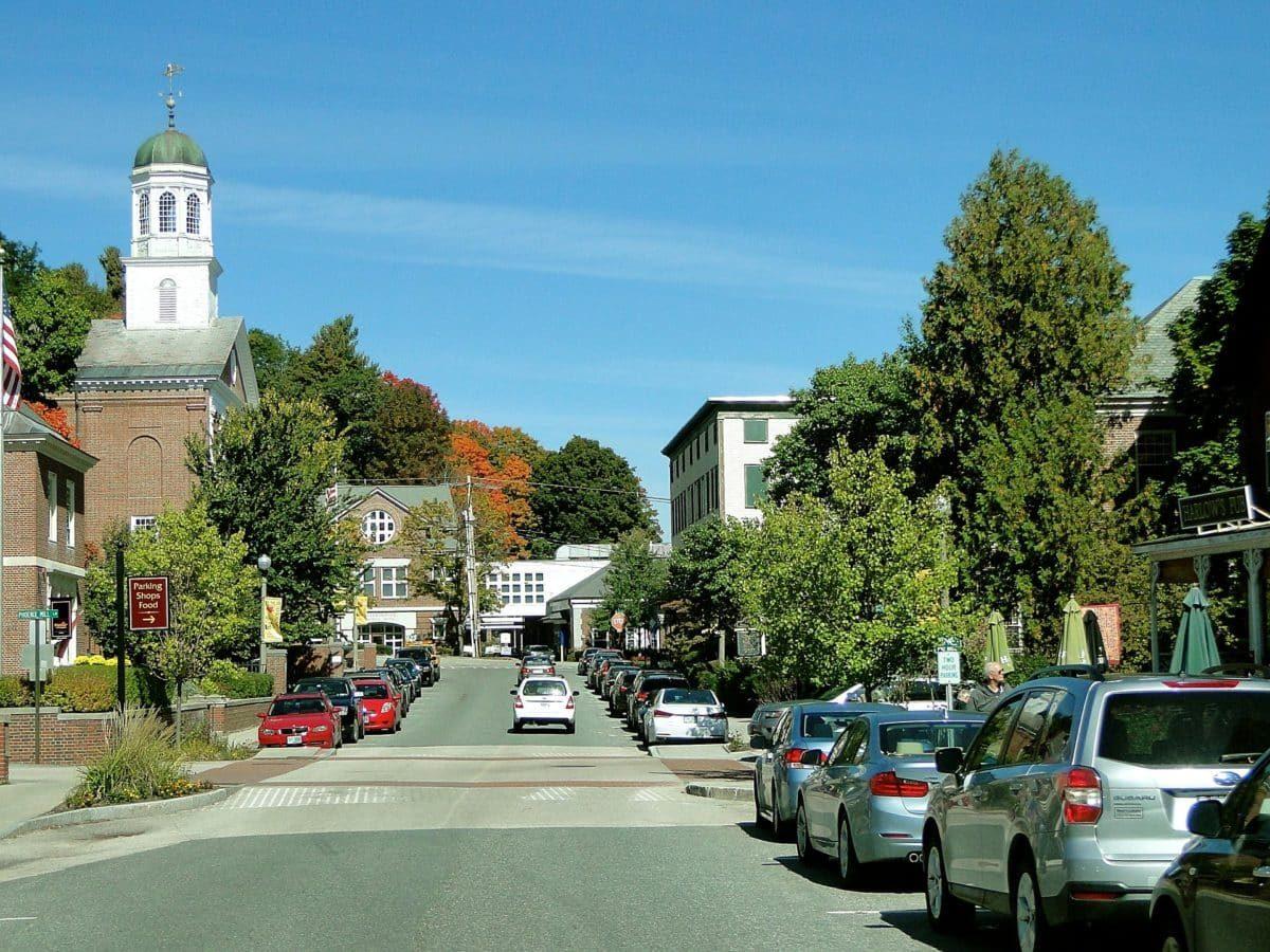 Straße in einer Kleinstadt im Bundesstaat New Hampshire, USA.