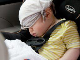 Schlafendes Kind im Kindersitz