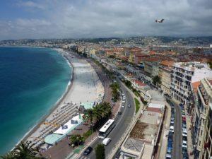 Die französische Stadt Nizza mit ihrem Strand von Oben.