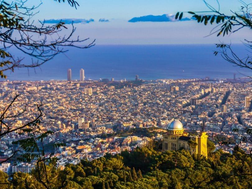 Katalonische Hauptstadt Barcelona in Spanien von Oben.