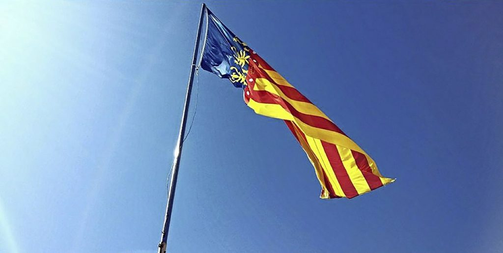 Die Flagge von Valencia, Spanien.