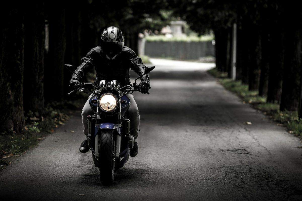 Motorrad Fahrer auf der Straße