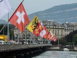 Die schweizer Flagge an einer Brücke