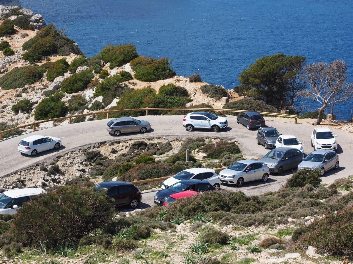 Zahlreiche Autos Mietwagen auf Mallorcas Straßen