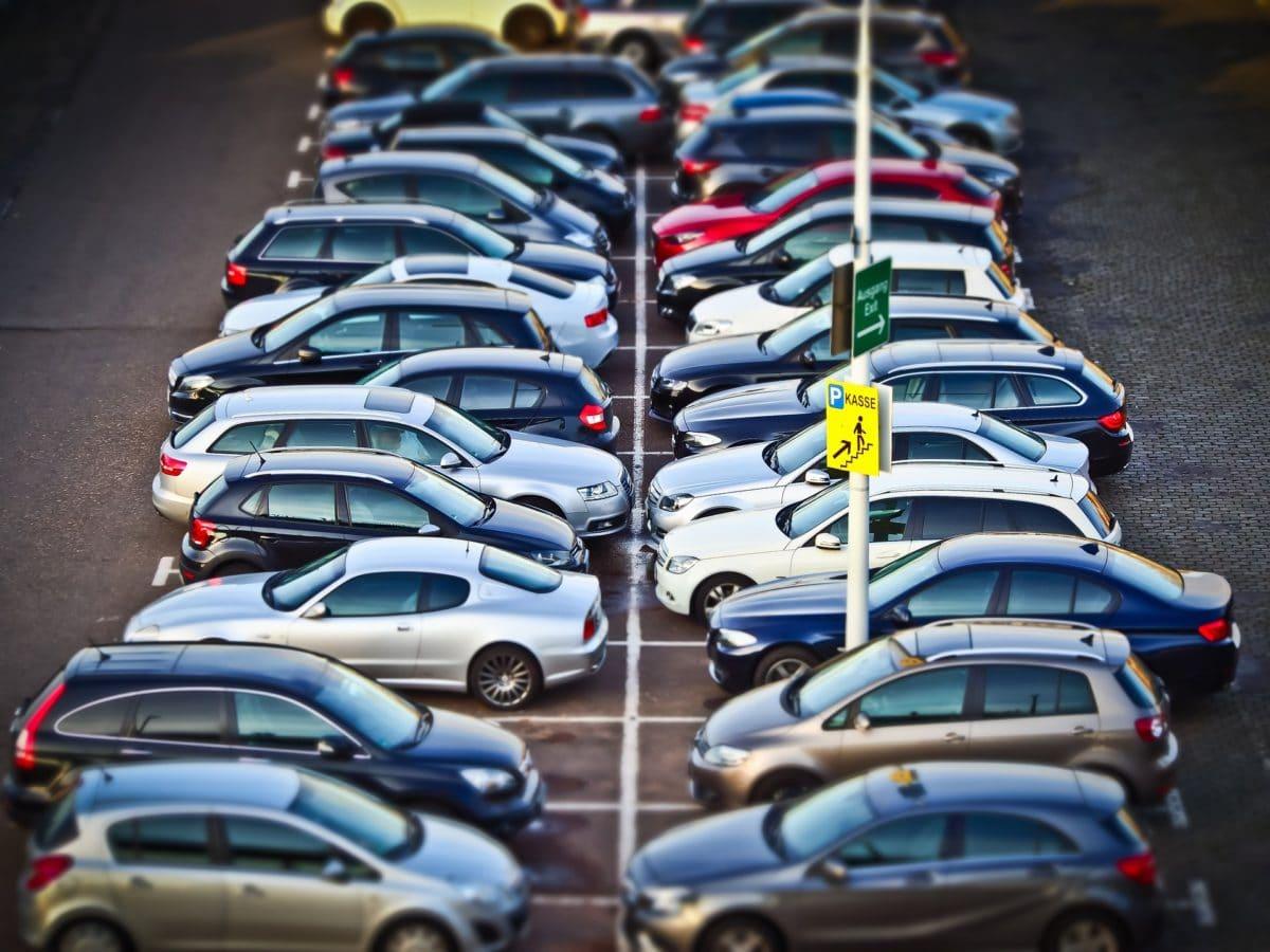 Parkende Autos auf dem Parkplatz.
