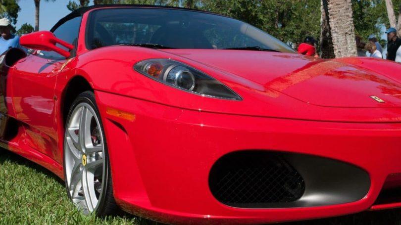 Roter Ferrari von vorn