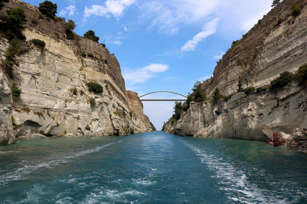 Kanal von Korinth trennt griechisches Festland von der Halbinsel Peloponnes
