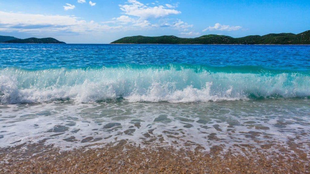 Türkisblaues Wasser und Steinstrände in Kroatien.