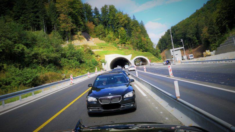 Fahrzeug BMW F01 vor Autobahntunnel
