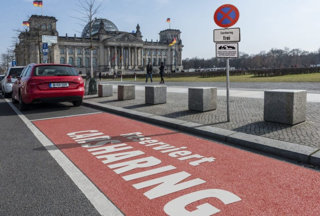 Parkplätze für Carsharing vor dem Reichstag in Berlin